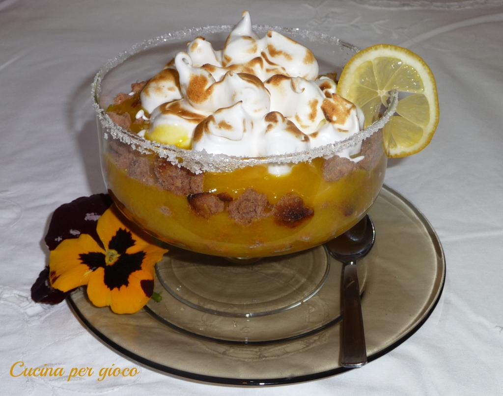 cucina per gioco crostata scomposta con crema al limone e meringa